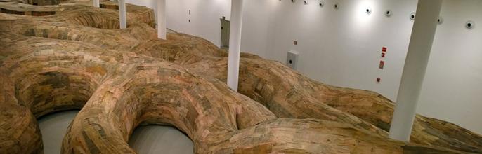 Henrique Oliveira crea el primer laberinto de madera reciclada